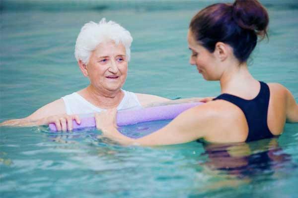 آب درمانی برای بهبود دیسک گردن؛فواید و عوارض