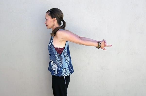 اصلاح افتادگی شانه با حرکت رساندن دستها به هم از پشت